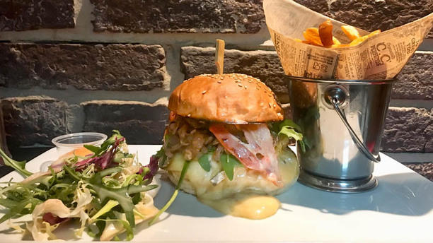 https://the-place-to-be.fr/wp-content/uploads/2019/03/le-bistro-du-panier-burger-marseille.jpg