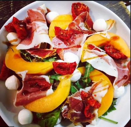 salade servie au restaurant chai les copains à bordeaux