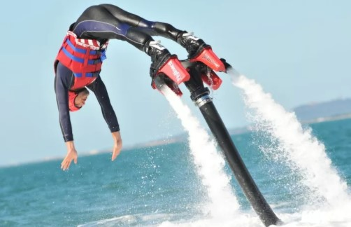 https://the-place-to-be.fr/wp-content/uploads/2020/11/flyboard-c-est-quoi-c5455cce.jpg