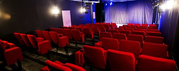 https://the-place-to-be.fr/wp-content/uploads/2020/12/programmation-saison-2021-Theatre-Marseille-Art-Du-13006-Salle-de-spectacle-Humour-Comedie-Stand-up-1d7905e5.jpg