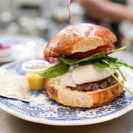 https://the-place-to-be.fr/wp-content/uploads/2021/07/ou-manger-un-bon-burger-a-marseille-restaurant-burgers-banquet-a741dd5d.jpg
