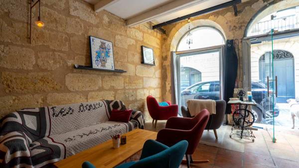 https://the-place-to-be.fr/wp-content/uploads/2021/08/bar-a-vin-restaurant-les-doux-secrets-dhelene-bordeaux-gironde-salle-interieure-1932ea88.jpg