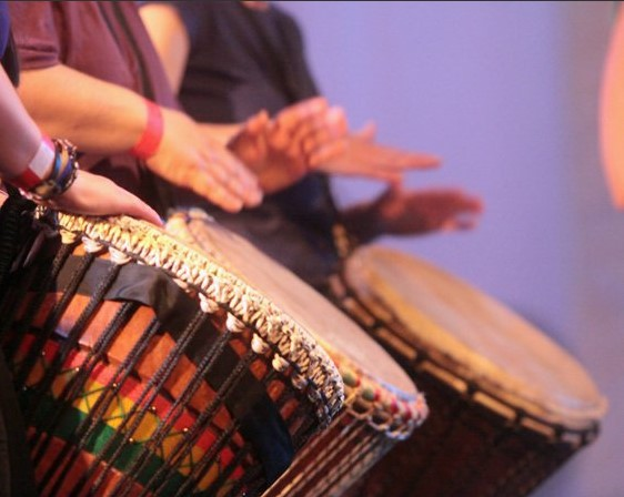https://the-place-to-be.fr/wp-content/uploads/2021/09/cours-djembe-percussion-alassane-assocation-djenkafoart-langon-gironde-f8b0251f.jpg