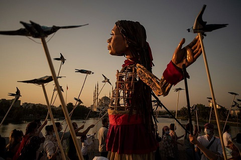 https://the-place-to-be.fr/wp-content/uploads/2021/09/deambulation-poupee-marionette-amal-marseille-programme-d1ae4687.jpg